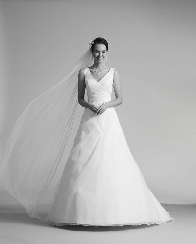 brudekjole med draperet forstykke