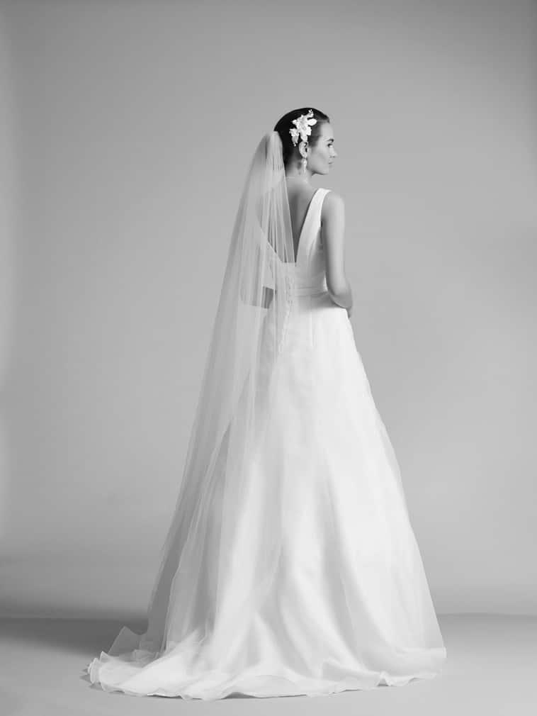 brudekjole med dyb rygudskæring