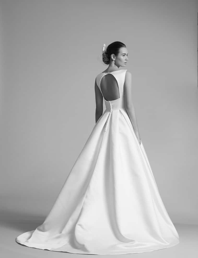 brudekjole med meget bar ryg