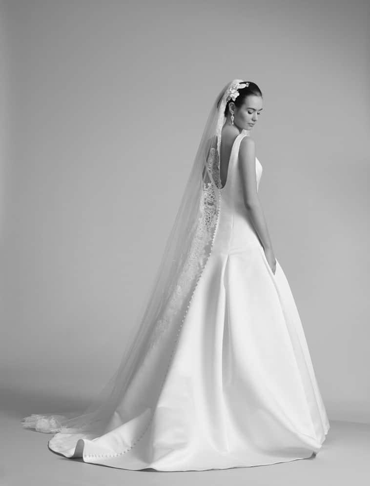 brudekjole med afrundet rygudskæring
