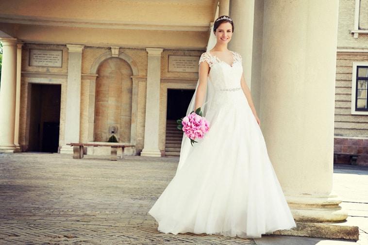 Brudekjole med små ærmer og smalt bælte