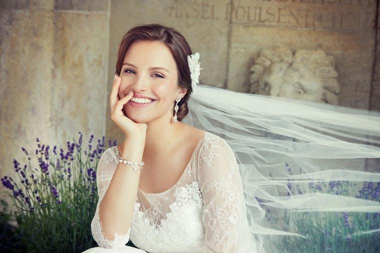 Brudekjole med 3/4 lange gennemsigtige ærmer