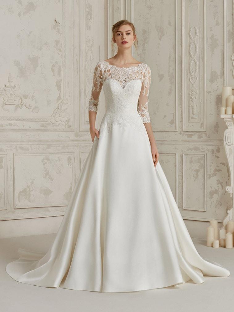 brudekjole med 3/4 lange blonde ærmer