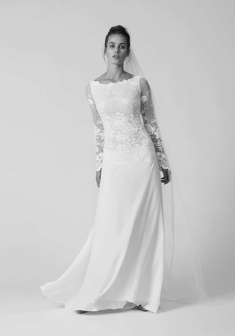 brudekjole med lange gennemsigtige ærmer pyntet med blonder