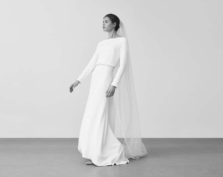 brudekjole med lange ærmer og lige haldudskæring