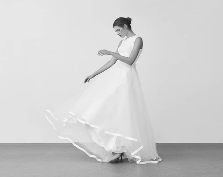 brudekjole uden ærmer og bånd på nederste kant på skørtet