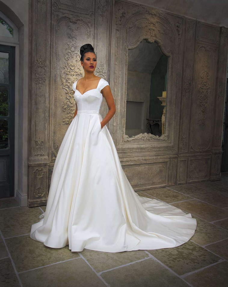 brudekjole med små ærmer og lommer