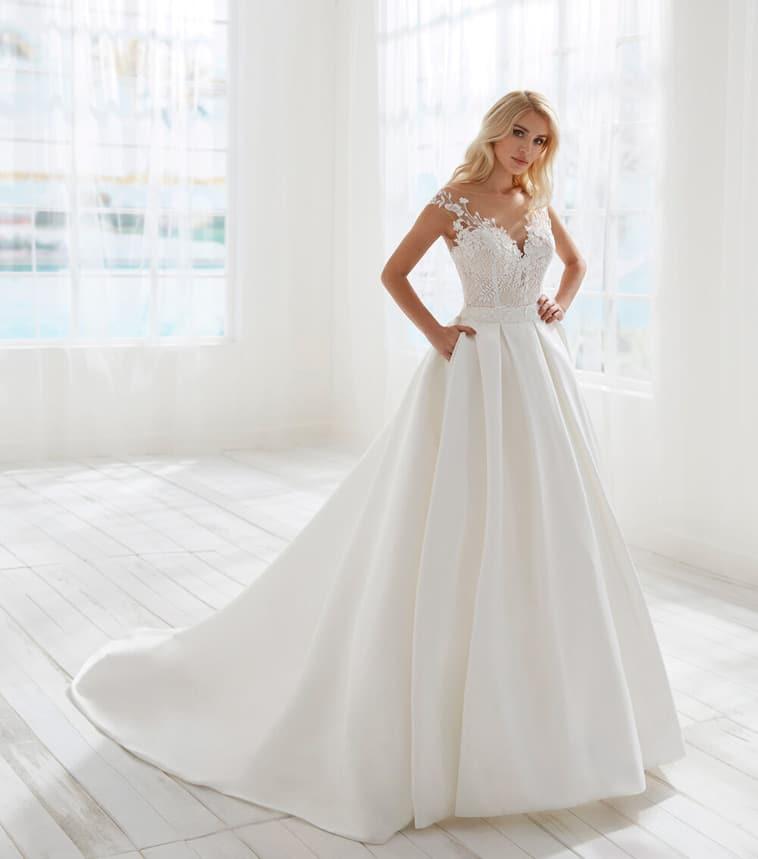 brudekjole med stort silke skørt