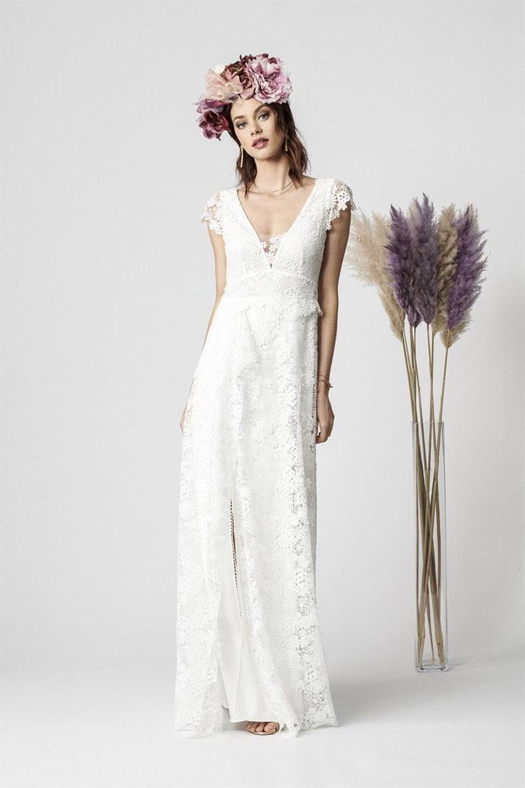 Lækker brudekjole med små cap sleeves, sexet slids og blonde med blomster mønster