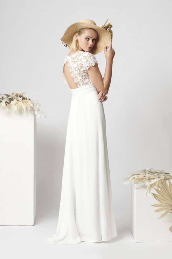 brudekjole med høj talje og åben ryg