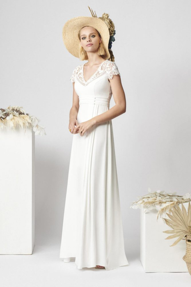 brudekjole med høj talje og plissering