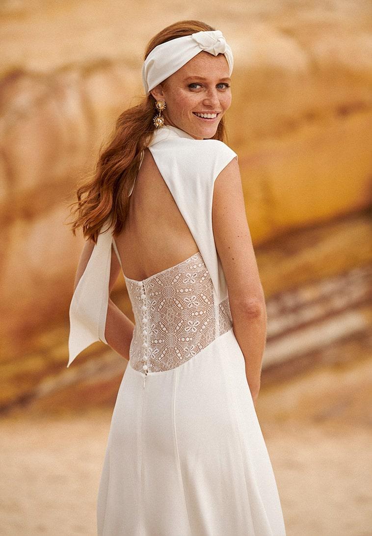 brudekjole med stort blonde stykke på ryggen