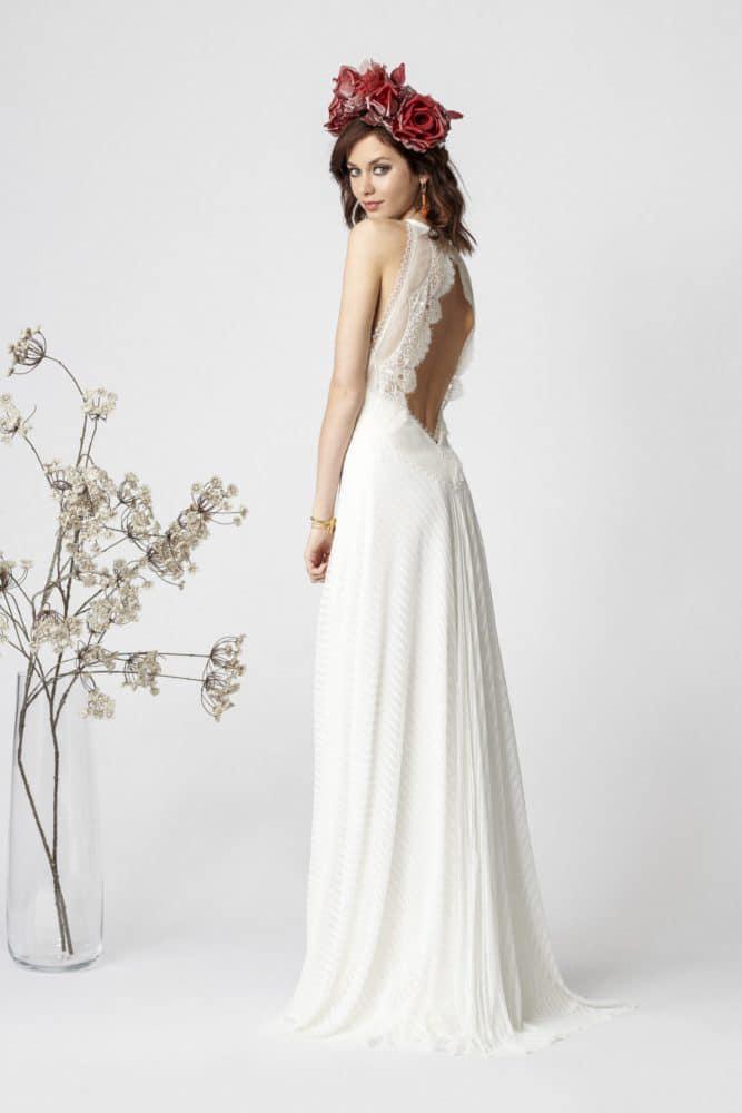 brudekjole i fløjl med stor åbning i ryggen
