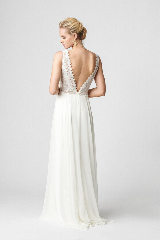 brudekjole med dyb v udskæring i ryggen