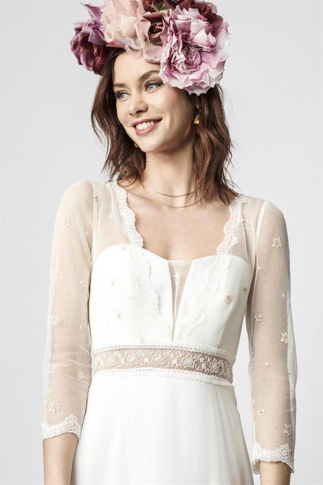 brudekjole med tyl top med broderede lyserøde blomster