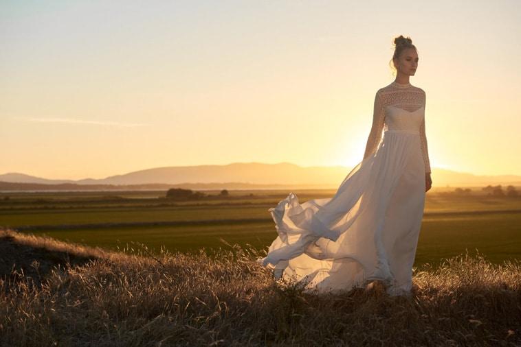 brudekjole med flagrende slæb
