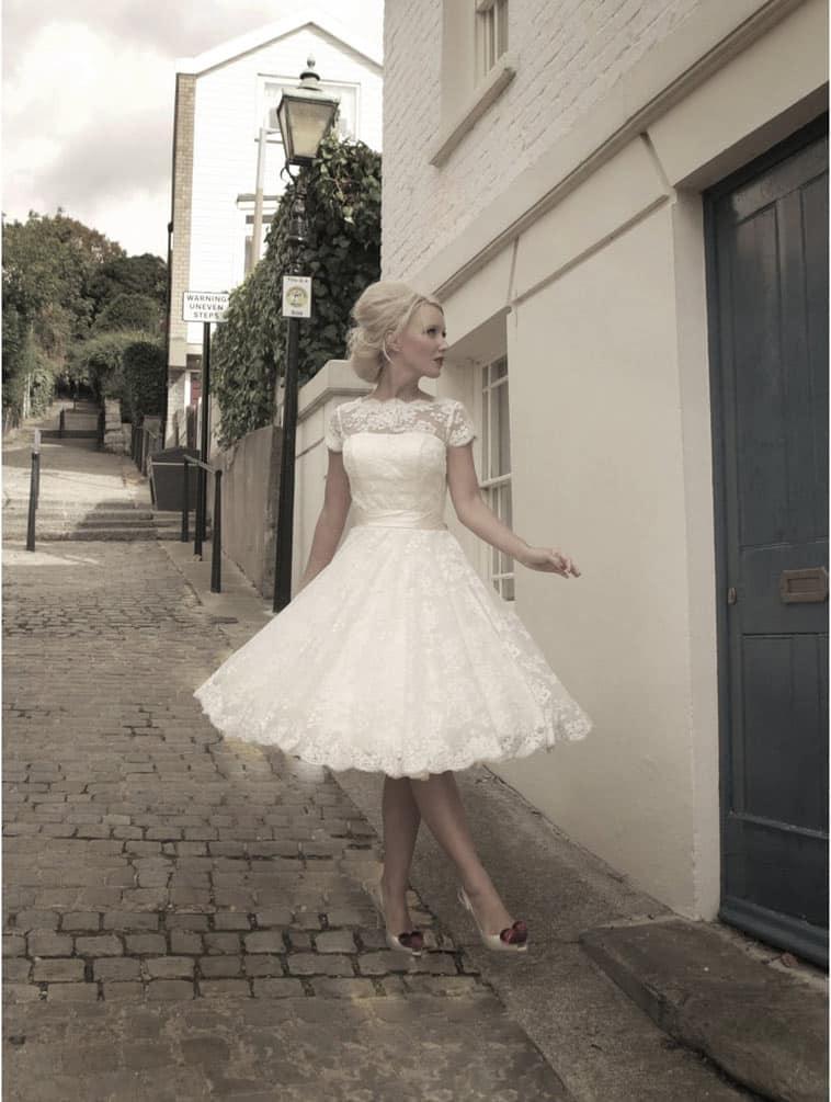 kort brudekjole med blonde og korte ærmer