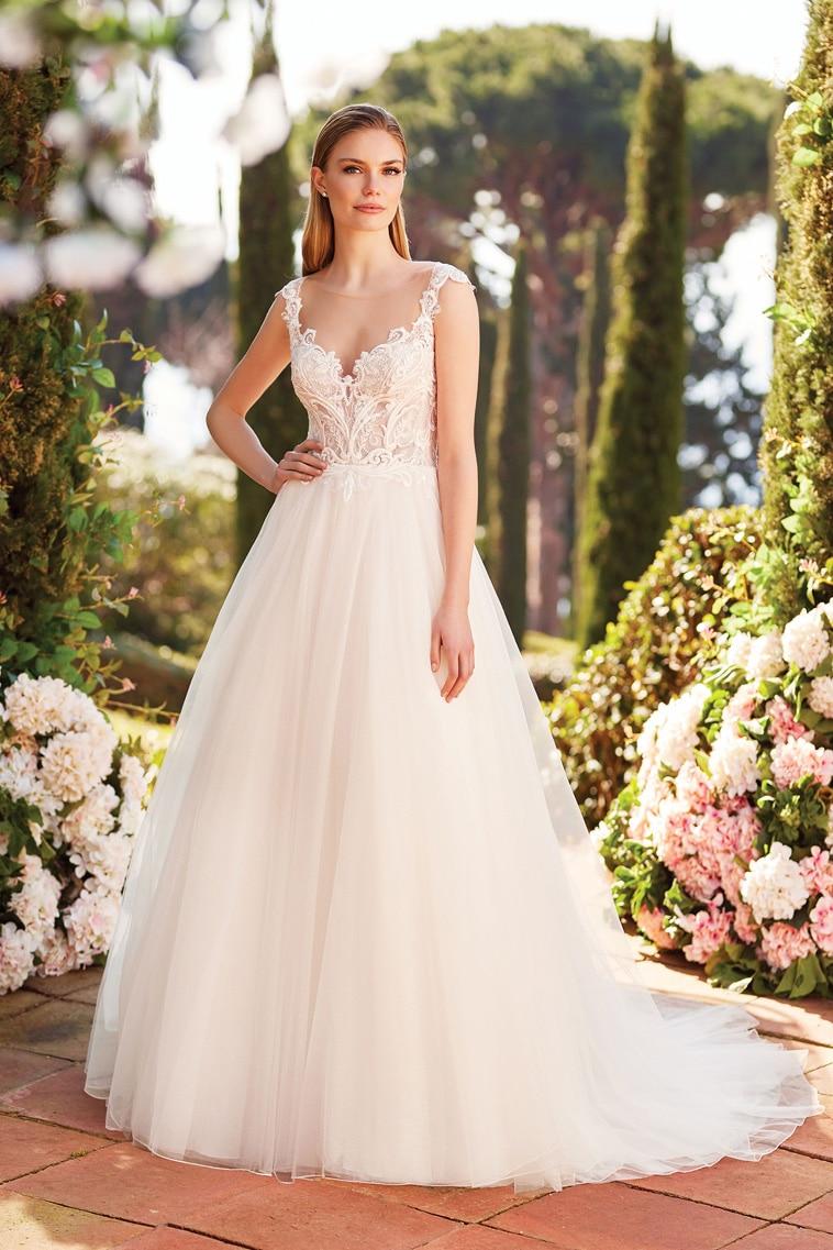 Smuk ball gown brudekjole med fine blonder og tyl i lange baner