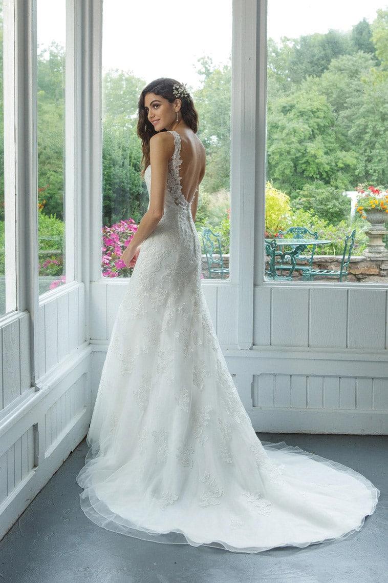 brudekjole med perler og mellemlangt slæb