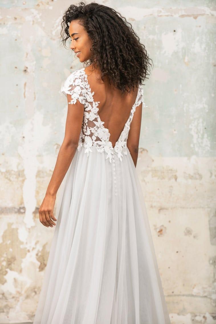 Brudekjole med blonde overdel og cap sleeves og dyb ryg