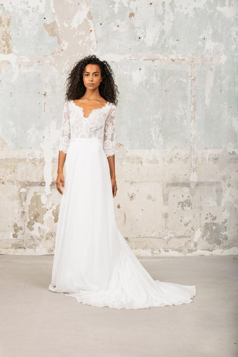 Brudekjole med 3/4 lange ærmer og meget fin udringning