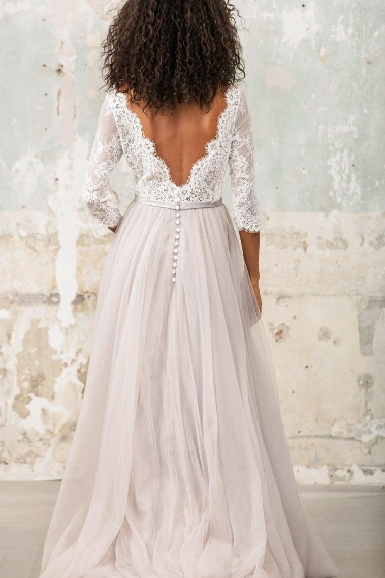 . Brudekjole med3/4 ærm og v udskæring på ryggener og