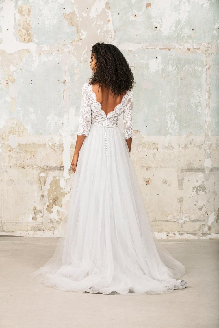 Brudekjole med 3/4 lange blonde ærmer og snøre effekt