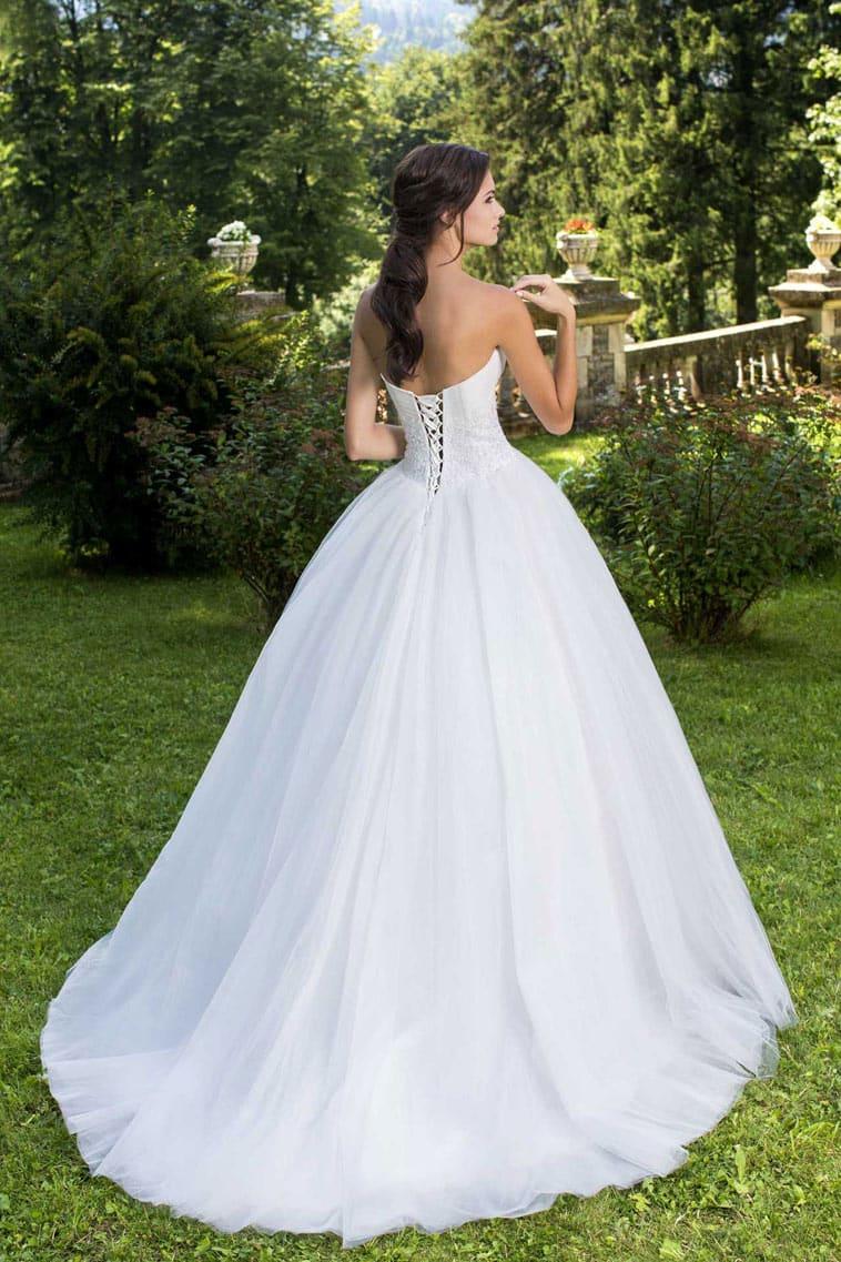 brudekjole med stort skørt og snøre i ryggen