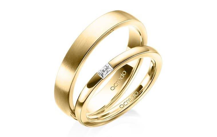 Vielsesringe fra acredo i gul guld med baguette slebet diamant i dameringen