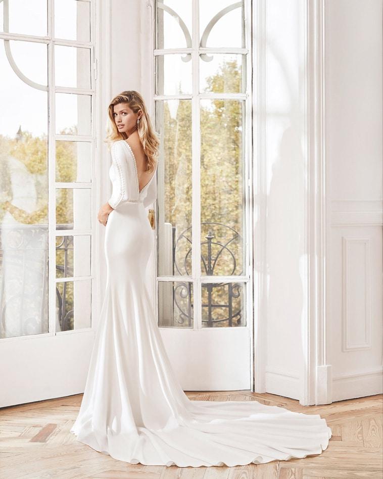 Brudekjole i crepe med 3/4 lange ærmer og v udskæring i ryggen