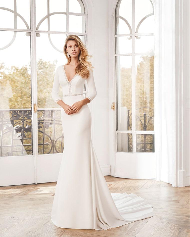 Brudekjole i crepe med 3/4 lange ærmer og v-hals