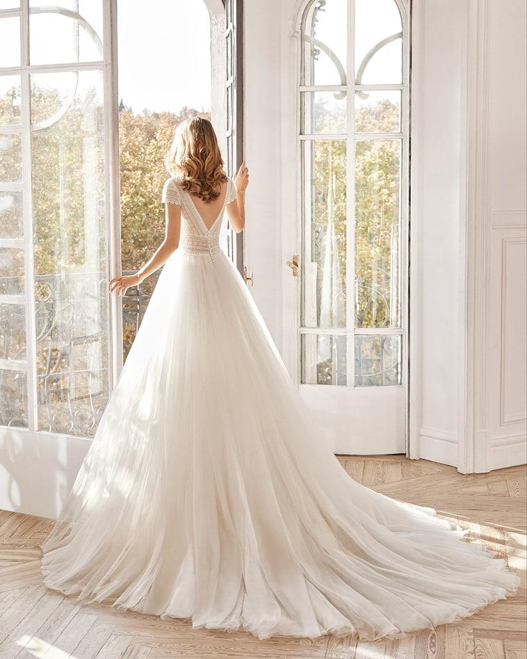 Brudekjole i vintage stil med v-ryg og svagt prikket tylskørt