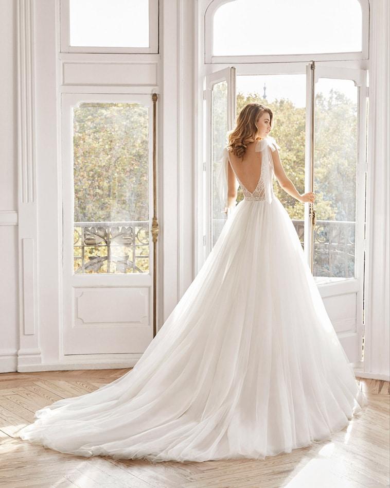 Prinsesse brudekjole med v-udskæring og tylbånd på skuldrene