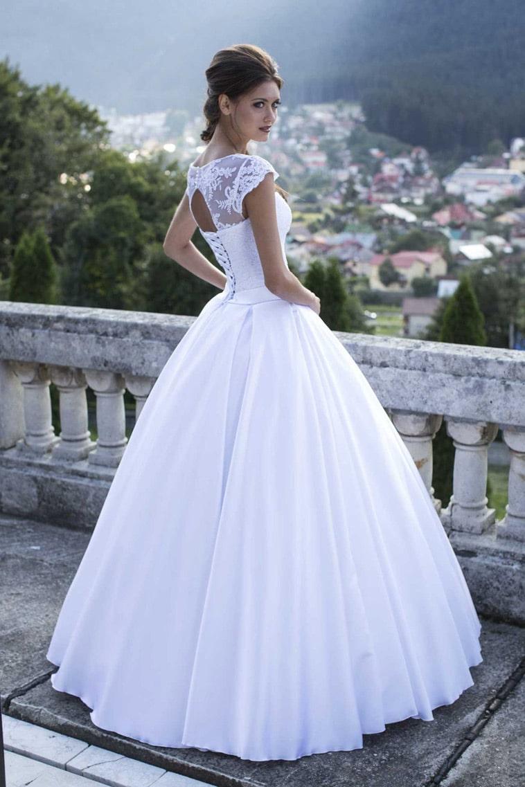 Brudekjole med stort skørt og fin blonderyg