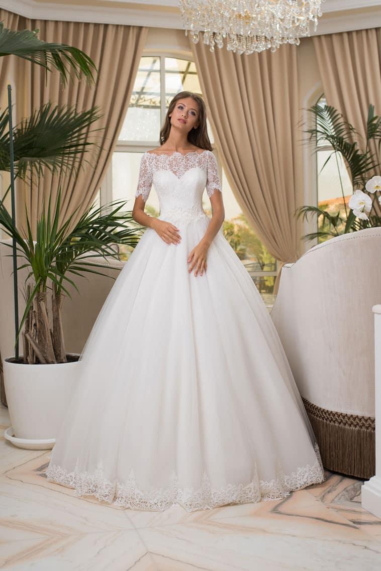 brudekjole med stort skørt og 3/4 blonde ærmer