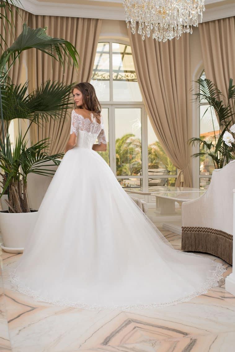 brudekjole set bagfra stort skørt og slæb