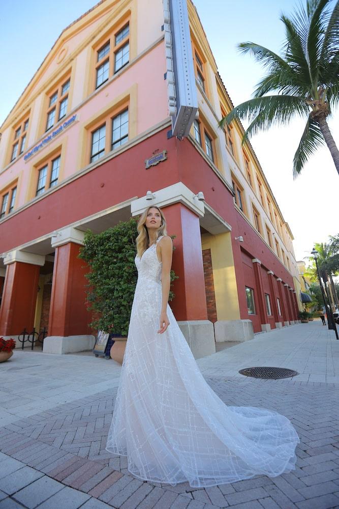 Brudekjole med korte ærmer og terner