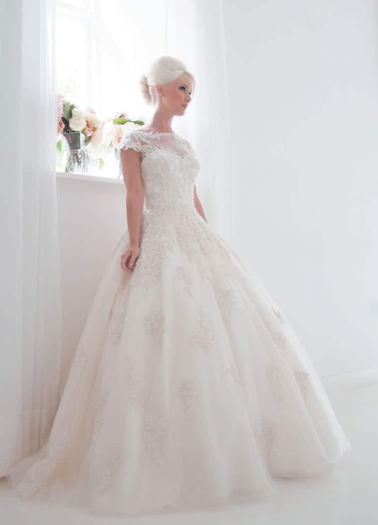 brudekjole med stort skørt og blonder