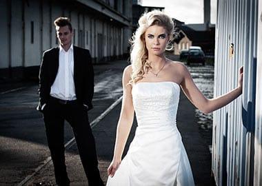 Brudepar fotograferet i industri område