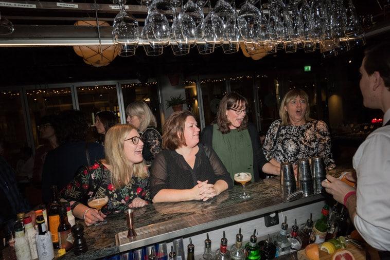 Gæster i baren forundres over trylleshow