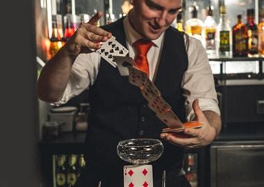 Anders Fox tryller med kort og laver barmagi