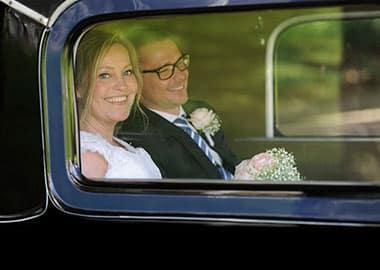 Brudepar i bil