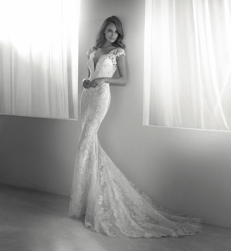 brudekjole med dyb udringning og blonde slæb