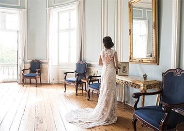 Brud der står i sal med spejl