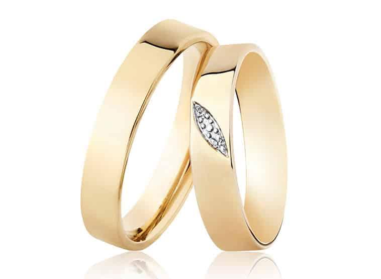 Vielsesringe i guld med diamanter i dameringen