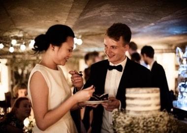Brudepar med bryllupskage