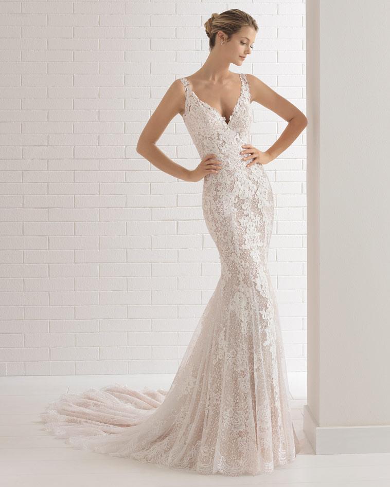 brudekjole med stropper og langt slæb