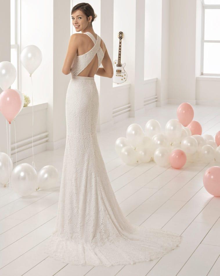 brudekjole med krydsede brede stropper på ryggen