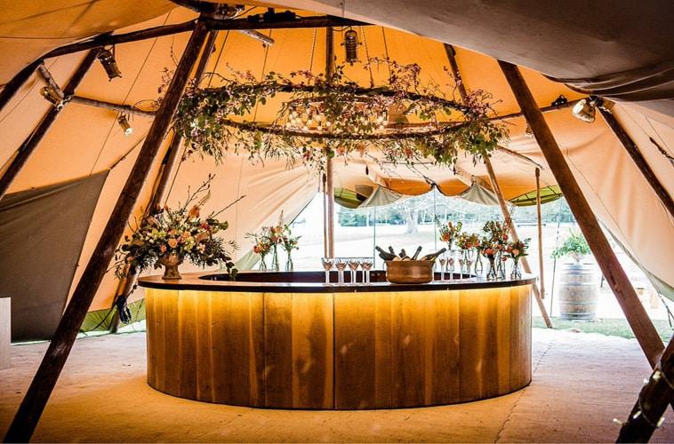 rund bar opstillet i luksus tipi telt