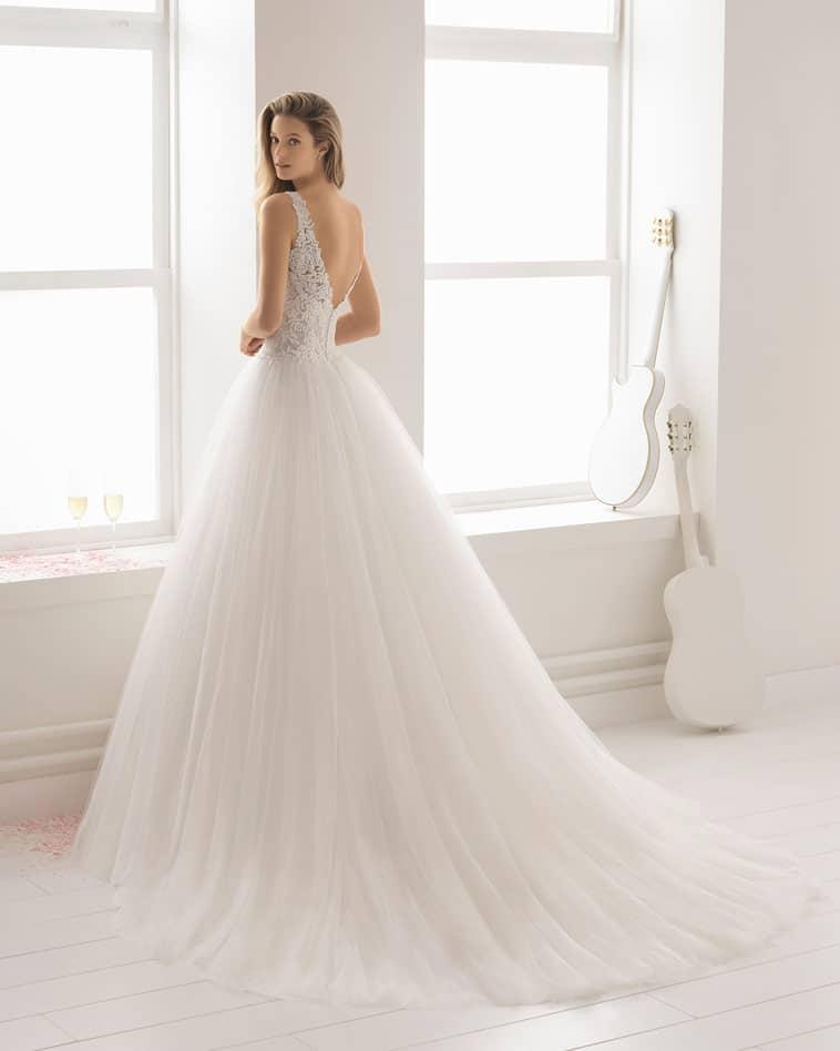 brudekjole med stort tyl skørt